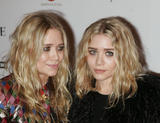 Olsen twins (Сестры Олсен: Мэри-Кейт и Эшли) - Страница 5 Th_95588_mary-kate_and_ashley_olsen_nine_premiere_tikipeter_celebritycity_026_123_574lo